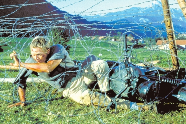 great-escape-1963-001-steve-mcqueen-tangled-barbed-wire